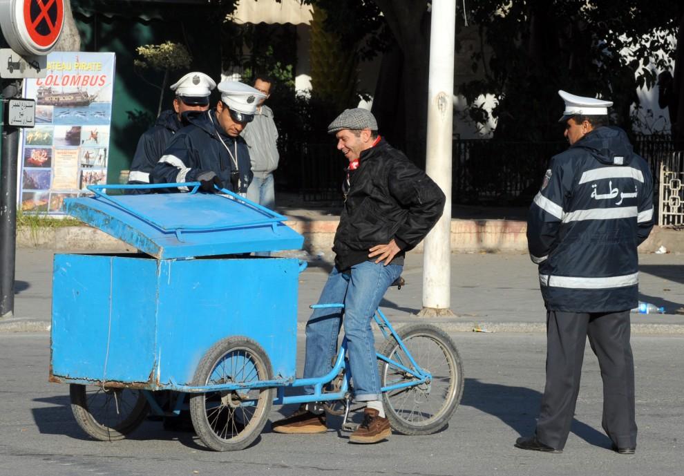 26. TUNEZJA, Tunis, 16 stycznia 2011: Tunezyjczyk na punkcie kontrolnym w centrum Tunisu. AFP PHOTO / FETHI BELAID