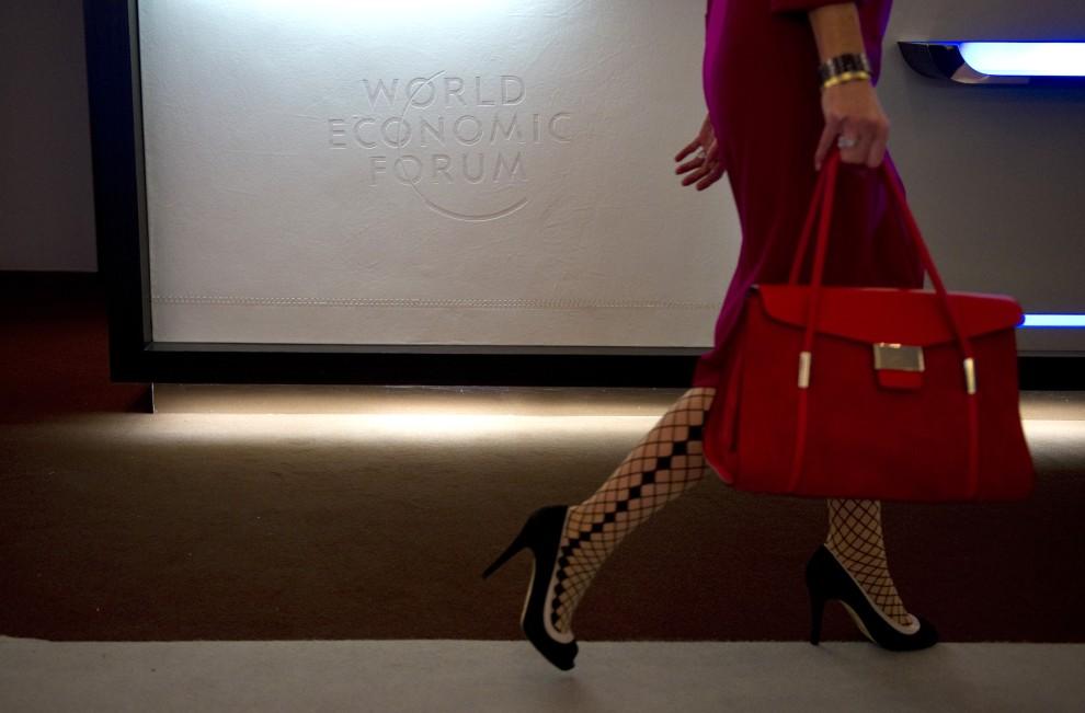 26. SZWAJCARIA, Davos, 27 stycznia 2011: Kobieta mija logo tegorocznego szczytu ekonomicznego w Davos. AFP PHOTO /JOHANNES EISELE