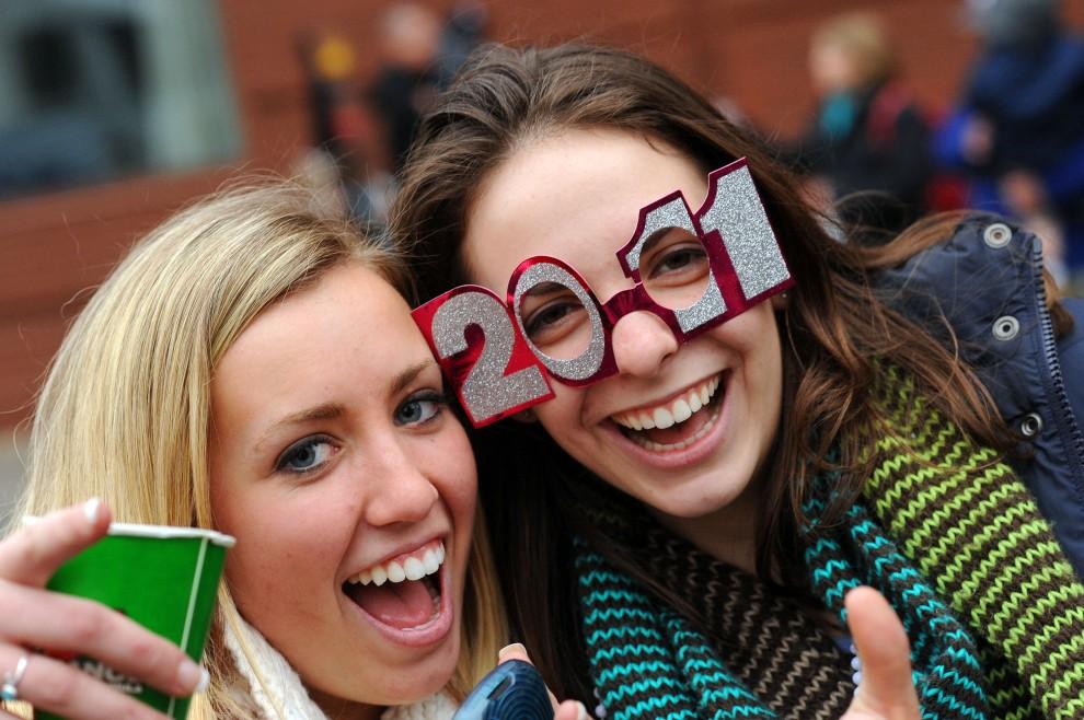26. USA, Filadelfia, 1 stycznia 2011: Rachael Gilligan (po lewej) i Nicole Sivieri (po prawej) bawią się podczas noworocznje parady. (Foto: William Thomas Cain/Getty Images)