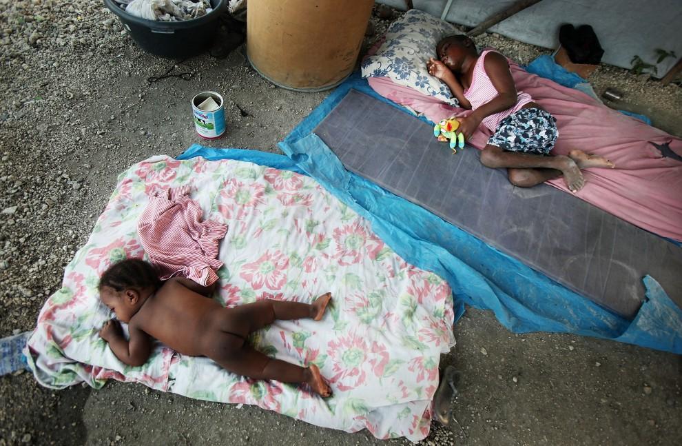 26. HAITI, Port-au-Prince, 10 stycznia 2011: Sieroty Spenlai Marcel (po lewej) i  Ulysse Marcel (po prawej) śpią na terenie sierocińca w Port-au-Prince. (Foto: Mario Tama/Getty Images)