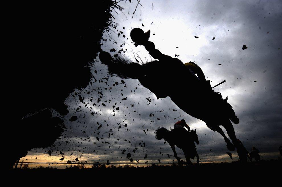 26. WIELKA BRYTANIA, Doncaster, 12 stycznia 2011: Uczestnicy wyścigów konnych na torze Doncaster Racecourse. (Foto: Laurence Griffiths/Getty Images)