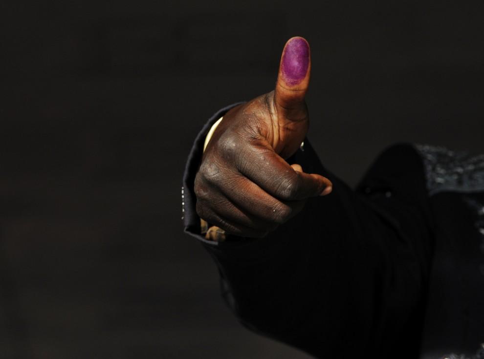 25. SUDAN, Dżuba, 9 stycznia 2011: Mężczyzna pokazuje swój kciuk oznaczony kolorowym atramentem po oddaniu głosu. AFP PHOTO/ROBERTO SCHMIDT