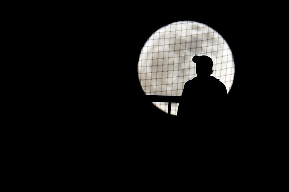 27. GRECJA, Ateny, 19 stycznia 2011: Kibic Olympiacosu Pireus ogląda mecz swojej drużyny z PAOK-iem Saloniki. AFP PHOTO / Aris Messinis