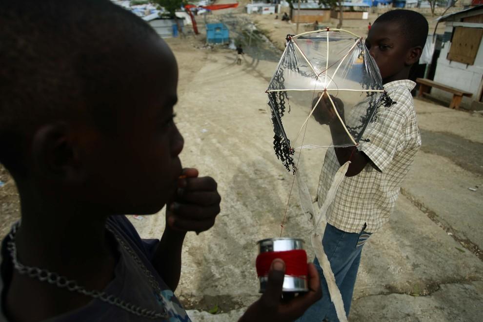 27. HAITI, Port-au-Prince, 9 stycznia 2011: Chłopcy bawią się na terenie obozu Acra. AFP PHOTO / Hector Retamal
