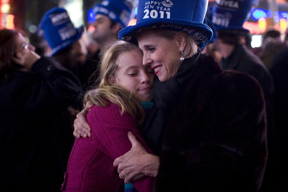27. USA, Nowy Rok, 1 stycznia 2011: Laura Geiger (po prawej) tuli do siebie swoją córkę – Livię. (Foto: Brian Harkin/Getty Images)