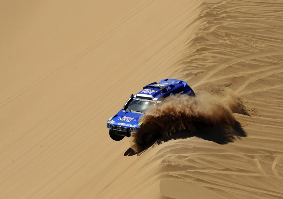 27. CHILE, Copiapo, 11 stycznia 2011: Samochód załogi Giniel De Villiers / Dirk Von Zitzewitz podczas dziewiątego etapu Dakaru. AFP PHOTO / Daniel GARCIA