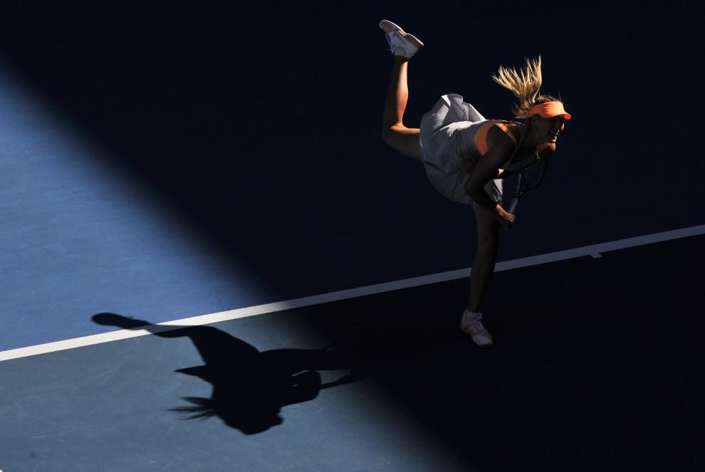 28. AUSTRALIA, Melbourne, 19 stycznia 2011: Maria Sharapova podczas meczu z Virginie Razzano. AFP PHOTO / PAUL CROCK