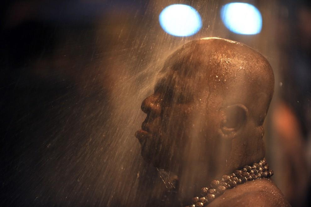 28. MALEZJA, Kuala Lumpur, 20 stycznia 2011: Mężczyzna podczas obrzędu obmywania się w pobliżu świątyni. AFP PHOTO / Saeed KHAN