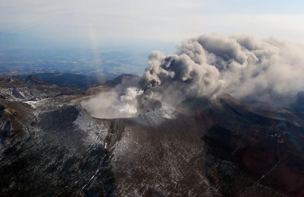 28. JAPONIA, Kirishima, 26 stycznia 2011: Dym wydobywający się z krateru  Shinmoedake. AFP PHOTO / HO / JAPAN METEOROGICAL AGENCY