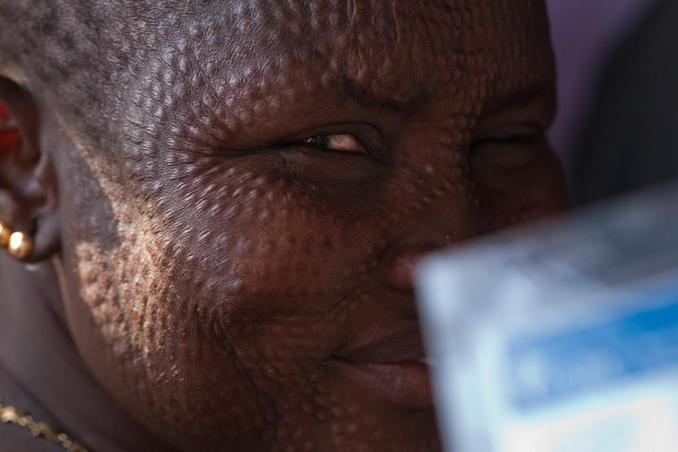 26. SUDAN, Bentiu, 9 stycznia 2011: Kobieta z plemienia Nuer czeka na oddanie głosu w referendum. AFP PHOTO/YASUYOSHI CHIBA