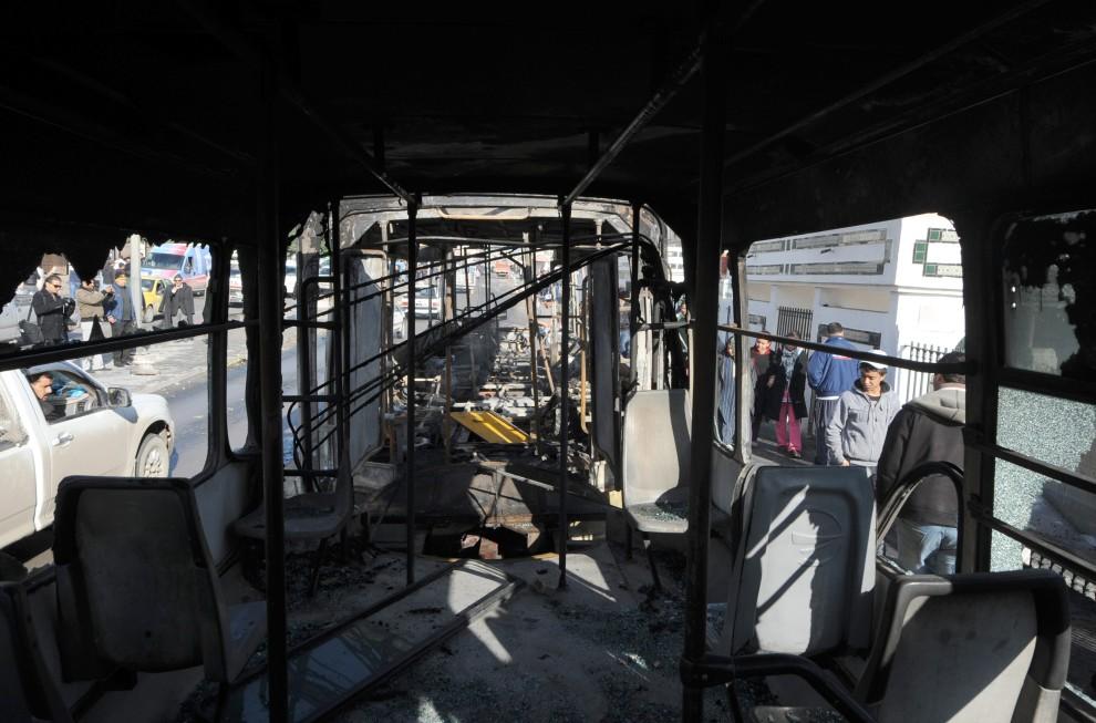 28. TUNEZJA, Tunis, 13 stycznia 2011: Wnętrze spalonego podczas zamieszek autobusu. AFP PHOTO / FETHI BELAID
