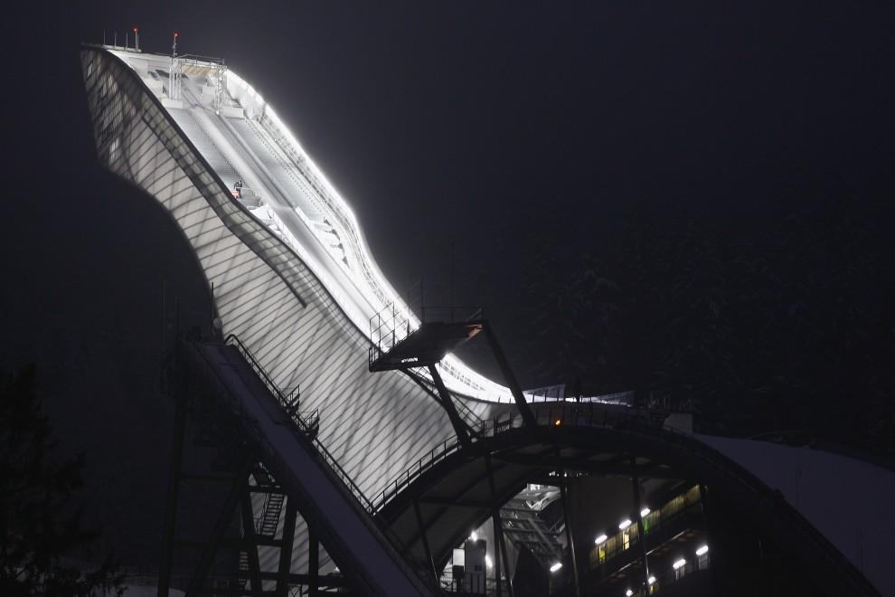28. NIEMCY, Garmisch-Partenkirchen, 1 stycznia 2011: Oświetlona Olympiaschanze po zakończeniu zawodów w Garmisch-Partenkirchen. (Foto: Alexander Hassenstein/Bongarts/Getty Images)