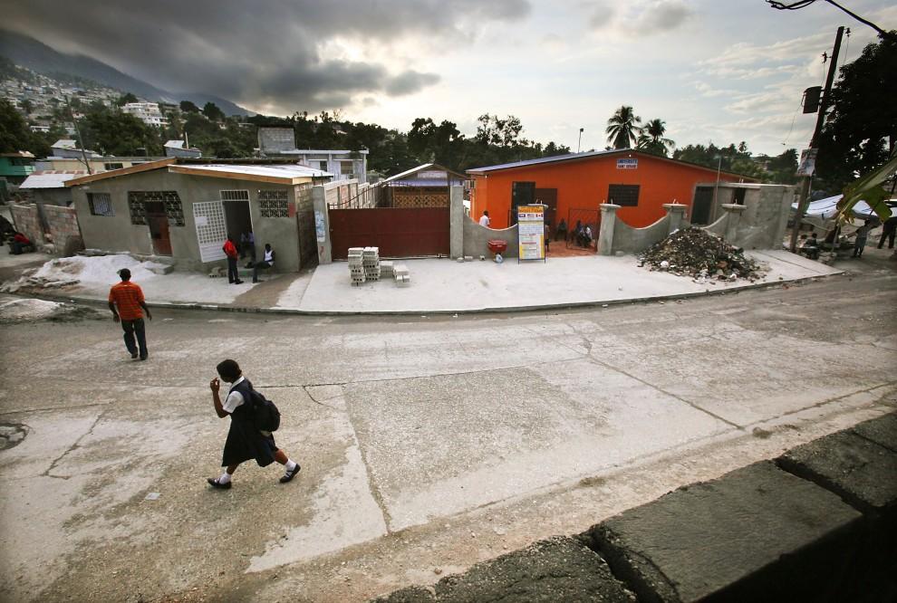 28. HAITI, Port-au-Prince, 7 stycznia 2011: Odbudowane obiekty St. Gerard University w Port-au-Prince. (Foto: Mario Tama/Getty Images)