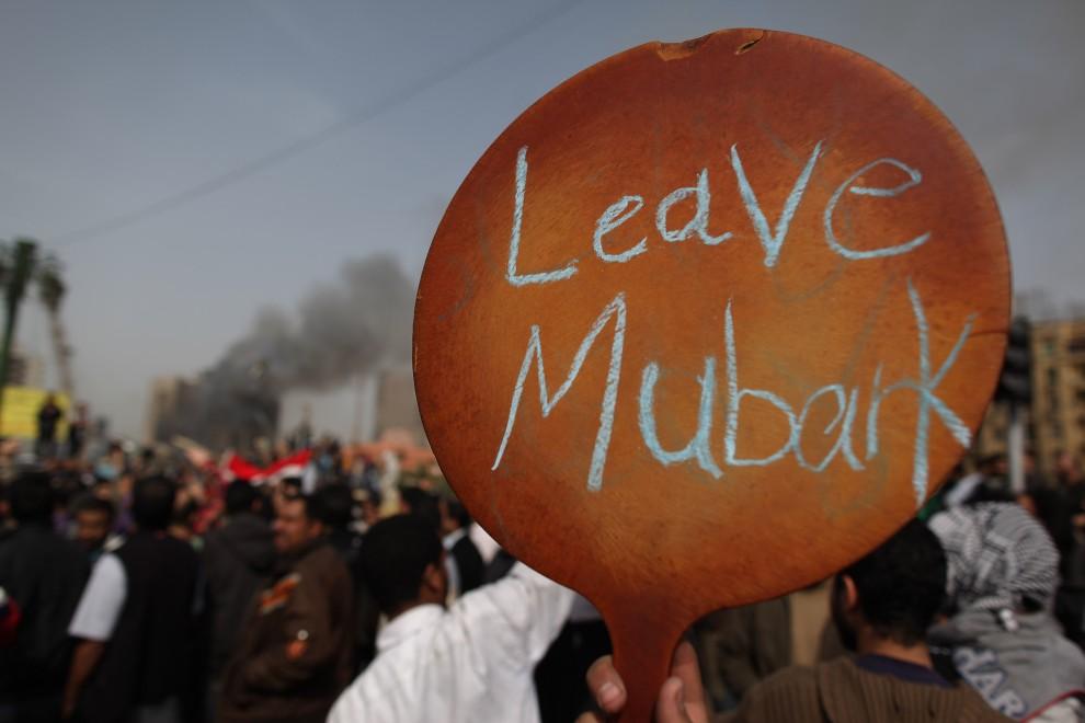 28. EGIPT, Kair, 29 stycznia 2011: Protestujący trzyma znak wzywający prezydenta do ustąpienia. (Foto: Peter Macdiarmid/Getty Images)