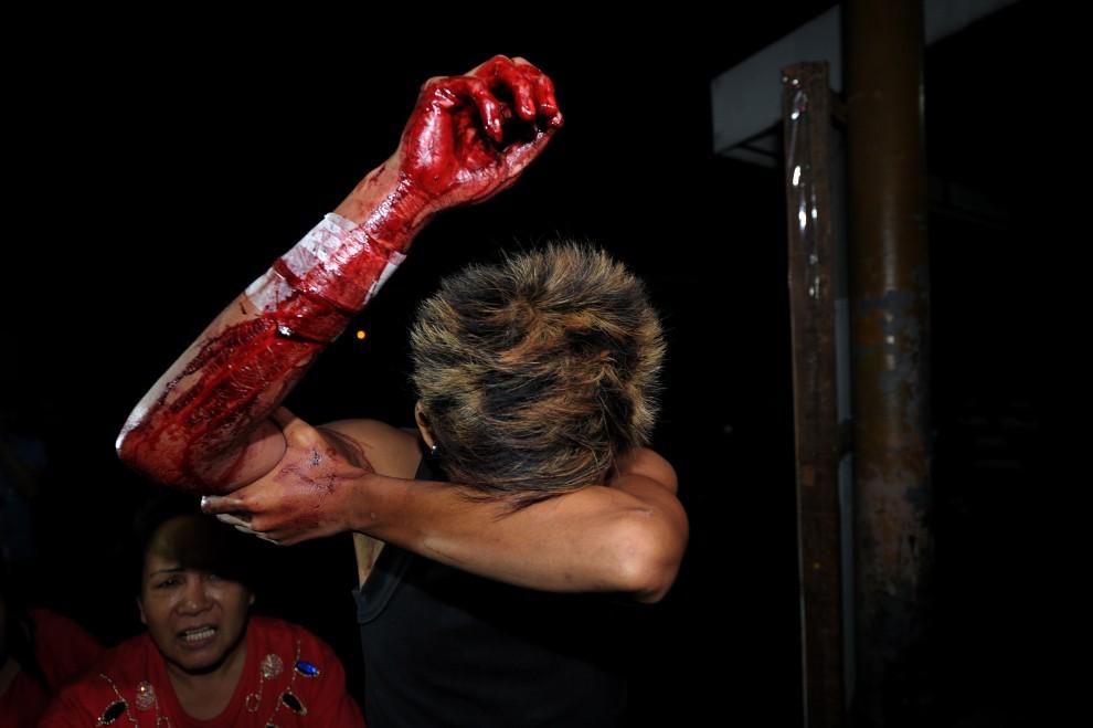 29. FILIPINY, Manila, 1 stycznia 2011: Mężczyzna ranny podczas odpalania petard przywieziony do szpitala miejskiego. AFP PHOTO / NOEL CELIS