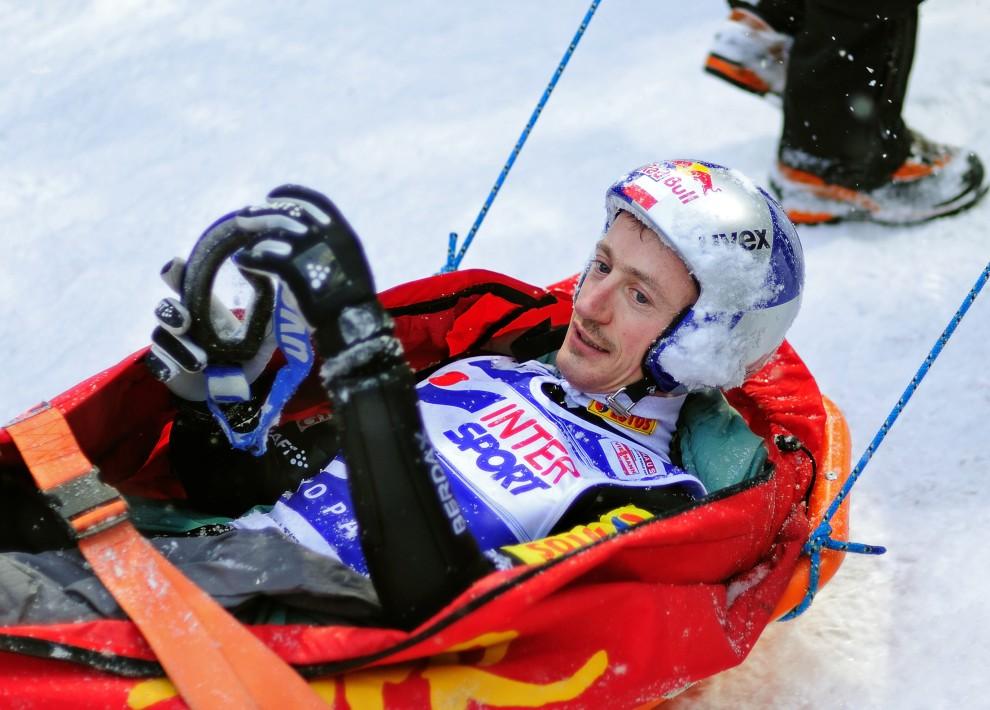 29. POLSKA, Zakopane, 23 stycznia 2011: Adam Małysz zwożony po upadku na zawodach w Zakopanem. AFP PHOTO / ARTUR POLANSKI
