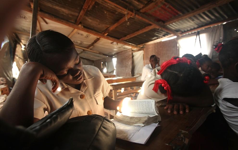29. HAITI, Port-au-Prince, 10 stycznia 2011: Uczniowie czytają Biblię podczas dwugodzinnego nabożeństwa w rocznicę trzęsienia ziemi. (Foto: Mario Tama/Getty Images)