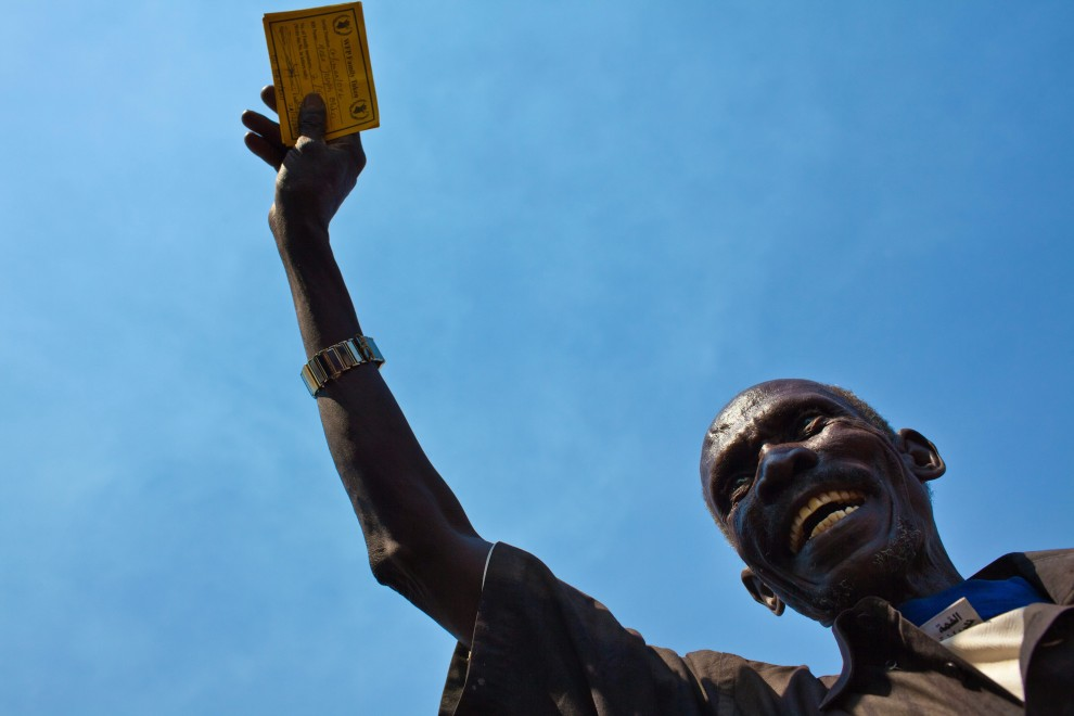 27. SUDAN, Dżuba, 6 stycznia 2011: Mężczyzna trzyma karty na żywność czekając w kolejce do punktu Światowego Programu Żywnościowego. AFP PHOTO/YASUYOSHI CHIBA