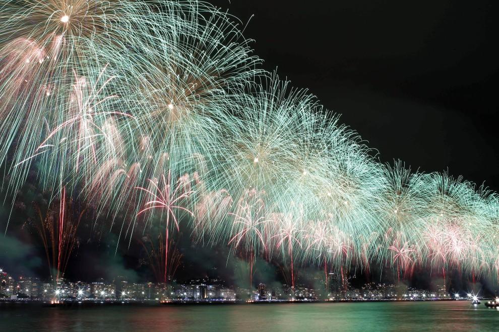 2. BRAZYLIA, Rio de Janeiro, 1 stycznia 2011: Pokaz sztucznych ogni w Sylwestrową noc w Rio de Janeiro. AFP PHOTO/AG/GUSTAVO PELLIZZON