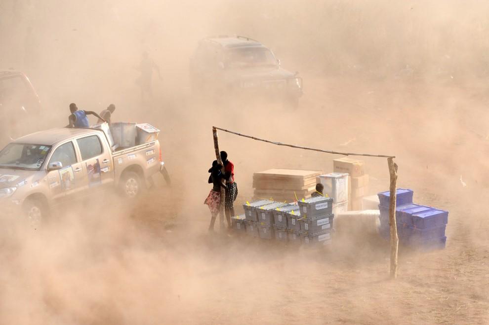 2. SUDAN, Tali, 3 stycznia 2011: Start śmigłowca należącego do misji ONZ w Sudanie, który przywiózł materiały dla komisji wyborczych. AFP PHOTO/HO/UNMIS/TIM MCKULKA