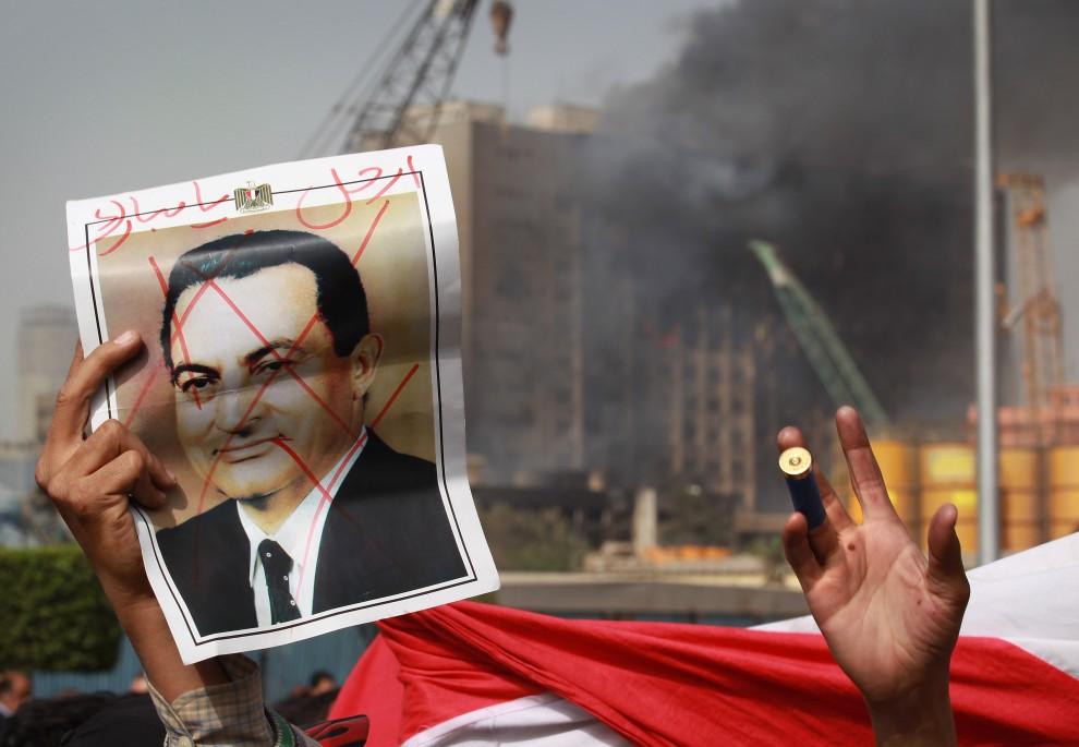 2. EGIPT, Kair, 29 stycznia 2011: Mężczyzna trzyma zdjęcie pokreślone zdjęcie z wizerunkiem prezydenta Hosniego Mubaraka. (Foto: Peter Macdiarmid/Getty Images)