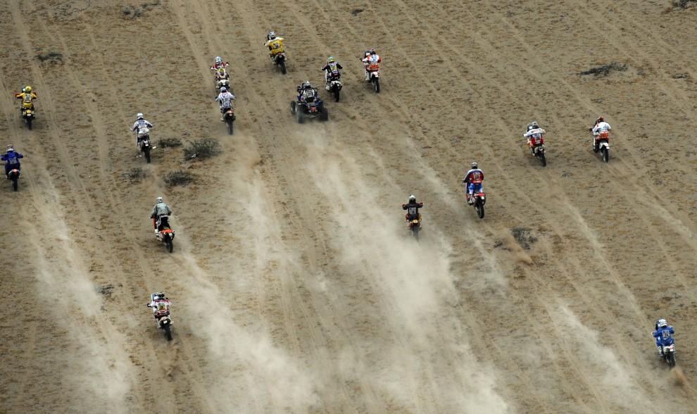 2. CHILE, Copiapo, 11 stycznia 2011: Start drugiej grupy motocyklistów do dziewiątego etapu Dakaru. AFP PHOTO / Daniel GARCIA