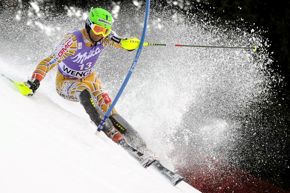 30. SZWAJCARIA, Wengen, 16 stycznia 2011: Kanadyjczyk Michael Janyk na trasie pierwszego przejazdu  zawodów cyklu Pucharu Świata w narciarstwie alpejskim. AFP PHOTO / FABRICE COFFRINI