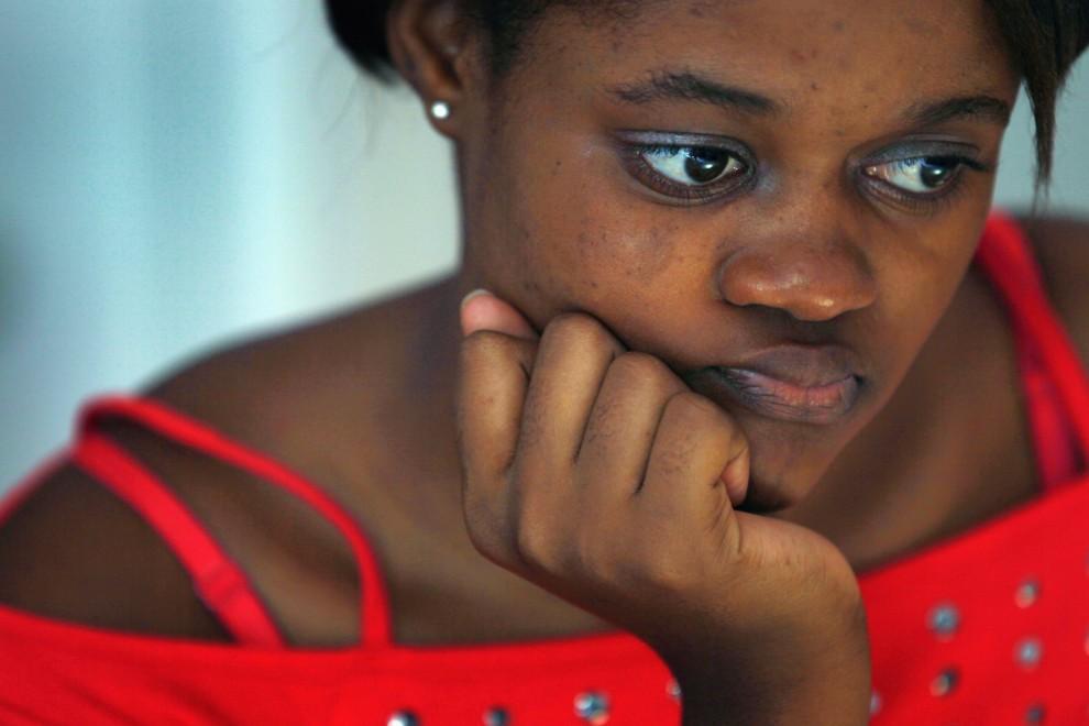 30. HAITI, Port-au-Prince, 10 stycznia 2011: Jasmine Bonhamme w poczekalni pracowni protetycznej, gdzie po raz pierwszy przymierzy protezę nogi. (Foto: Joe Raedle/Getty Images)