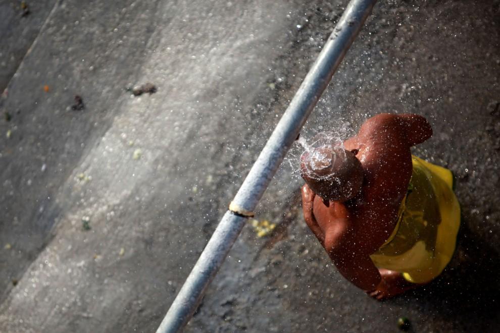 30. MALEZJA, Kuala Lumpur, 30 stycznia 2010: Mężczyzna podczas obrzędu obmywania się w pobliżu Jaskini Batu. (Foto: Ulet Ifansasti/Getty Images)