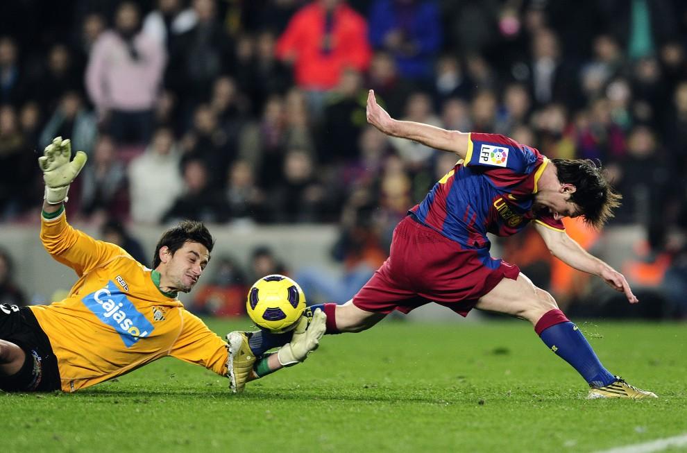 31. HISZPANIA, Barcelona, 12 stycznia 2011: Lionel Messi w starciu z bramkarzem Realu Betis' - Casto Espinosą. AFP PHOTO/ JOSEP LAGO