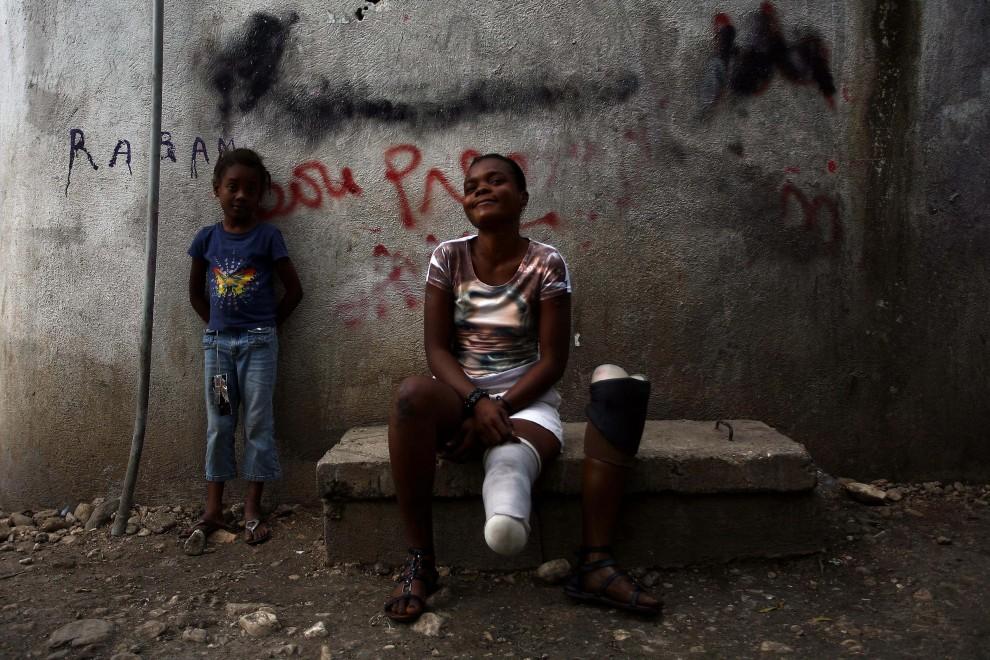 31. HAITI, Port-au-Prince, 6 stycznia 2011: Kettely Gadet, na betowonwej ławce w obozie dla ofiar trzęsienia ziemi. AFP PHOTO / Hector RETAMAL
