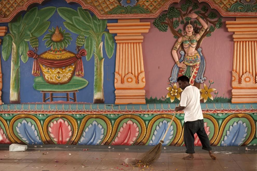 31. SINGAPUR, 20 stycznia 2011: Mężczyzna zamiata podłogę w świątyni odwiedzanej podczas trwania Thaipusam. (Foto: Chris McGrath/Getty Images)