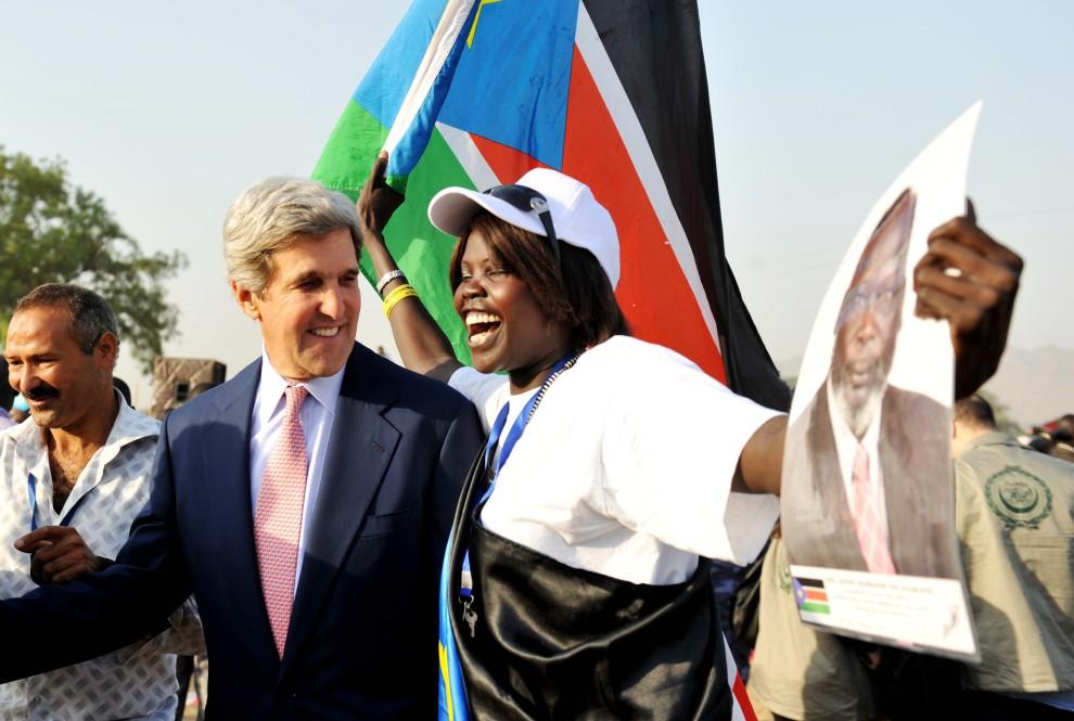 29. SUDAN, Dżuba, 9 stycznia 2011: Amerykański senator John Kerry, jako międzynarodowy obserwator, w grupie Sudańczyków zebranych przed punktem do głosowania. AFP PHOTO/Roberto SCHMIDT