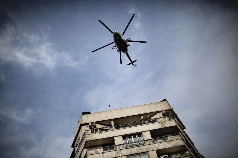 32. EGIPT, Kair, 30 stycznia 2011: Wojskowy śmigłowiec nad centrum miasta. AFP PHOTO/MARCO LONGARI