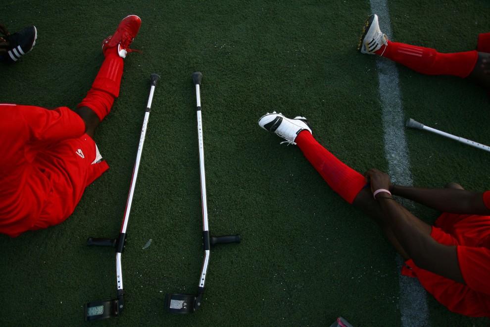 32. HAITI, Port-au-Prince, 10 stycznia 2011: Zawodnicy drużyny piłkarskiej przygotowują się do meczu. AFP PHOTO / Hector RETAMAL