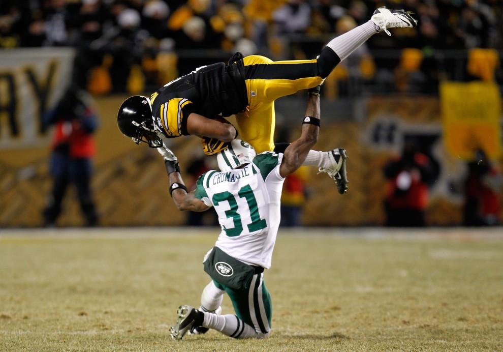 32. USA, Pittsburgh, 23 stycznia 2011: Mewelde Moore (numer 21) z Pittsburgh Steelers chwyta piłkę nad głową Antonio Cromartie (numer 31) z New York Jets. (Foto: Gregory Shamus/Getty Images)
