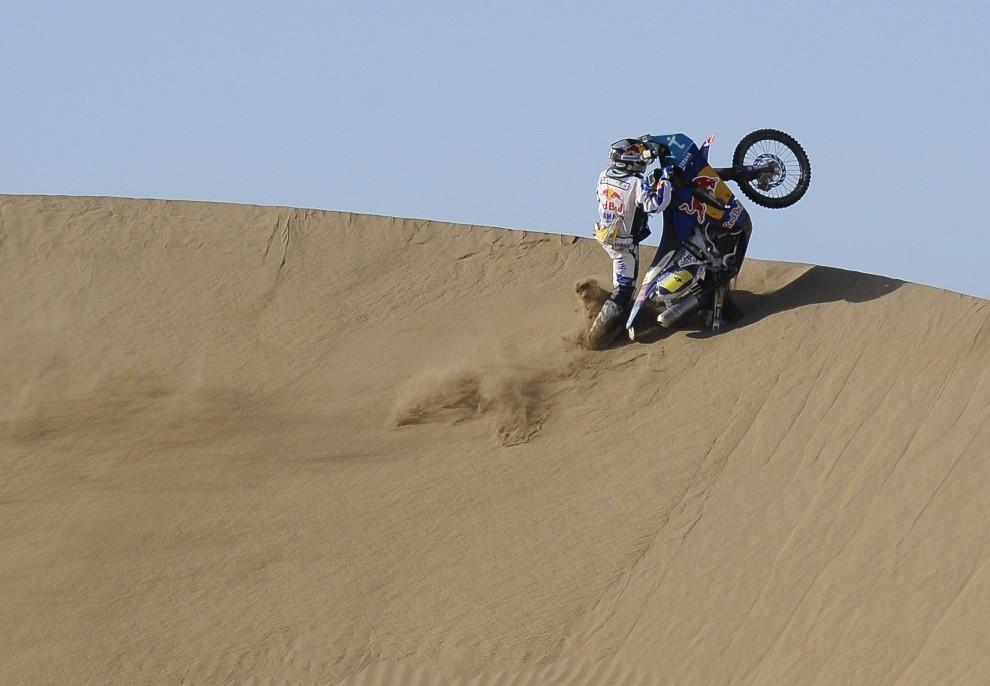 33. CHILE, Antofagasta, 9 stycznia 2011: Portuglaczyk Helder Rodrigues stara się opanować motocykl podczas wjazdu na wzniesienie. AFP PHOTO / Daniel GARCIA