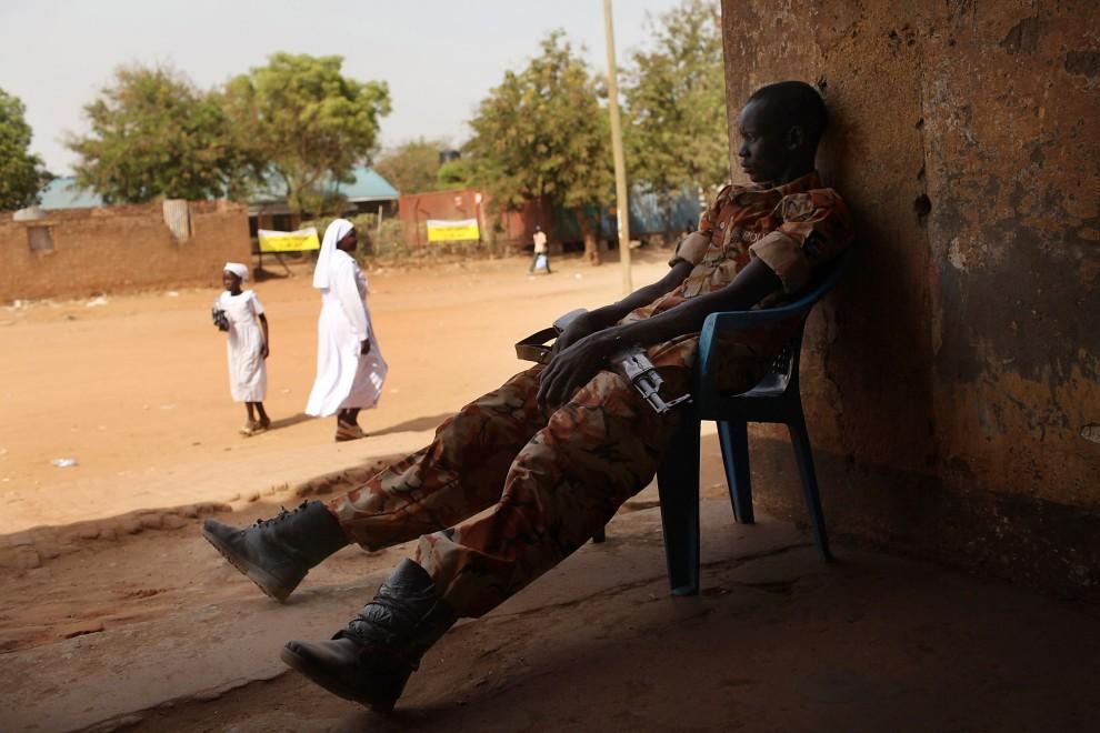 31. SUDAN, Dżuba, 9 stycznia 2011: Południowo sudański policjant na posterunku w pobliżu punktu do głosowania. (Foto: Spencer Platt/Getty Images)