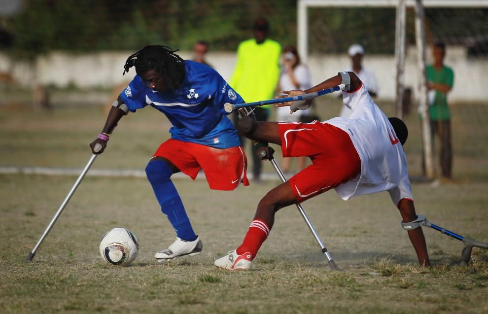 33. HAITI, Port-au-Prince, 9 stycznia 2011: Mecz piłkarski zawodników, którzy stracili kończyny podczas ubiegłorocznego trzęsienia ziemi. (Foto: Joe Raedle/Getty Images)