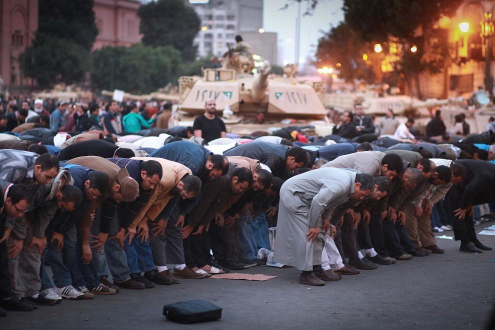 34. EGIPT, Kair, 30 stycznia 2011: Protestujący podczas modlitwy w centrum miasta. (Foto: Peter Macdiarmid/Getty Images)