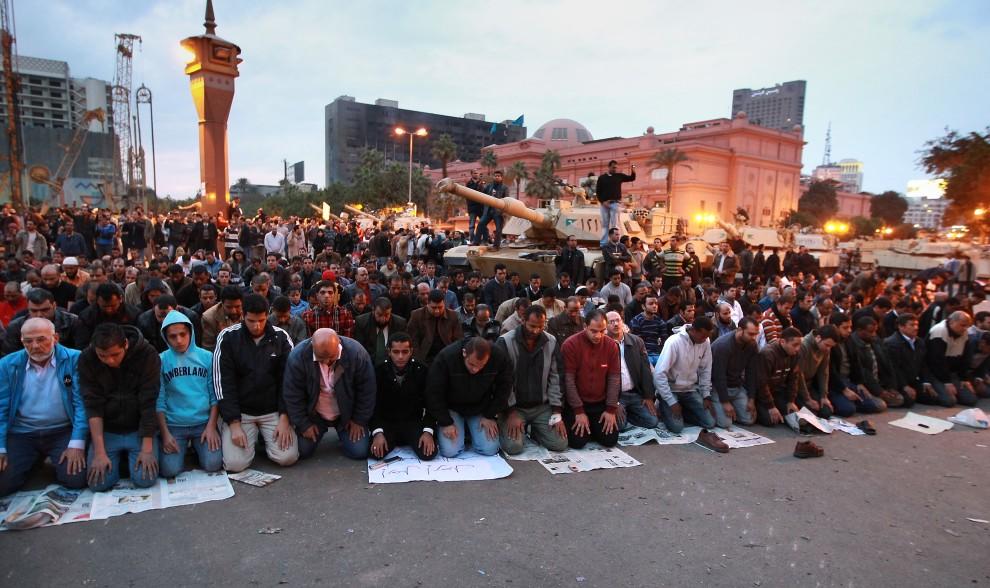 35. EGIPT, Kair, 30 stycznia 2011: Egipcjanie modlący się na tle czołgów zaparkowanych w centrum Kairu. (Foto: Peter Macdiarmid/Getty Images)
