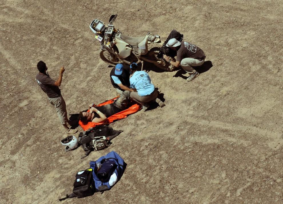 36. CHILE, Calama, 5 stycznia 2011: Personel medyczny udziela pierwszej pomocy poturbowanej Jennifer Morgan. AFP PHOTO / Daniel GARCIA