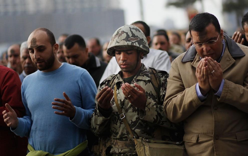 36. EGIPT, Kair, 30 stycznia 2011: Żołnierz modlący się w szeregach opozycjonistów. (Foto: Chris Hondros/Getty Images)