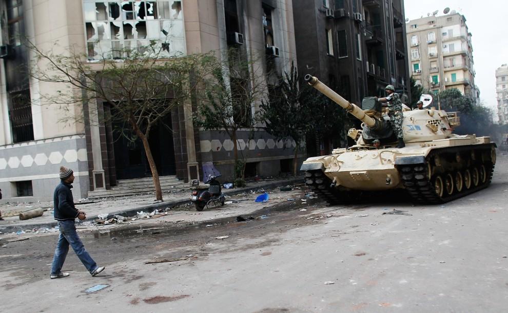 38. EGIPT, Kair, 30 stycznia 2011: Mężczyzna przygląda się jadącemu w stronę centrum czołgowi. (Foto: Chris Hondros/Getty Images)