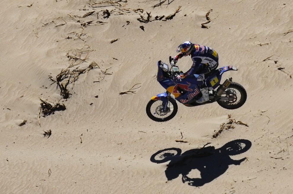 38. CHILE, Copiapo, 12 stycznia 2011: Cyril Despres podczas dzisiątego etapu Dakaru. AFP PHOTO / Daniel GARCIA