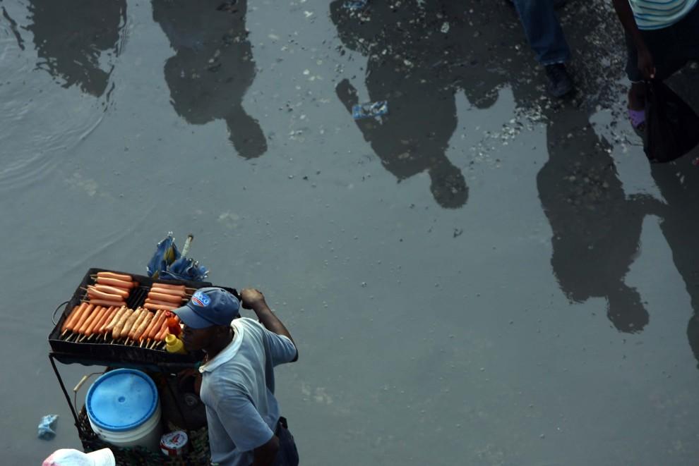 39. HAITI, Port-au-Prince, 11 stycznia 2011: Sprzedawca przekąsek przy odbudowanym bazarze. AFP PHOTO/Hector Retamal