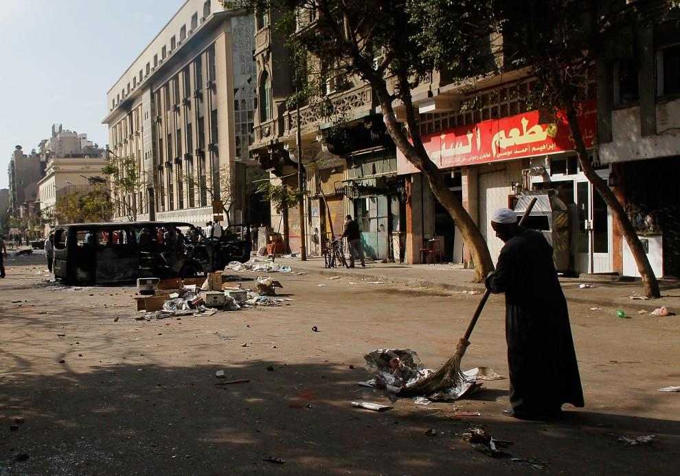 39. EGIPT, Kair, 30 stycznia 2011: Mężczyzna sprząta jedną z ulic, na której poprzedniego dnia odbywał się marsz opozycji. (Foto: Chris Hondros/Getty Images)