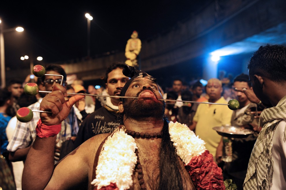 3. MALEZJA, Kuala Lumpur, 20 stycznia 2011: Wierny z przekłutymi policzkami podczas rytualnego pochodu. AFP PHOTO / Saeed KHAN