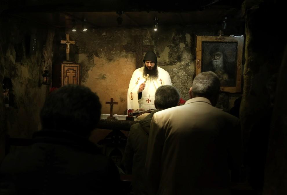 3. LIBAN, Kadisza, 3 stycznia 2011: Wierni kościoła maronickiego podczas modlitwy w domu świętego Charbela Makhloufa. AFP PHOTO/JOSEPH EID