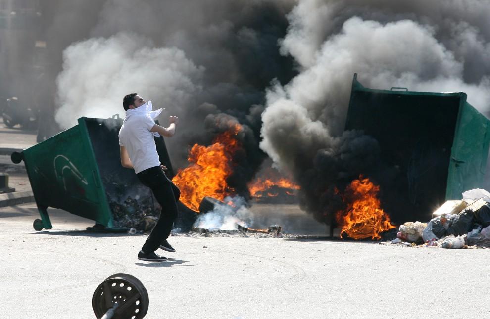 3. LIBAN, Bejrut, 25 stycznia 2011: Kosze na śmieci podpalone w czasie zamieszek. AFP PHOTO/EZZAT ATTAR